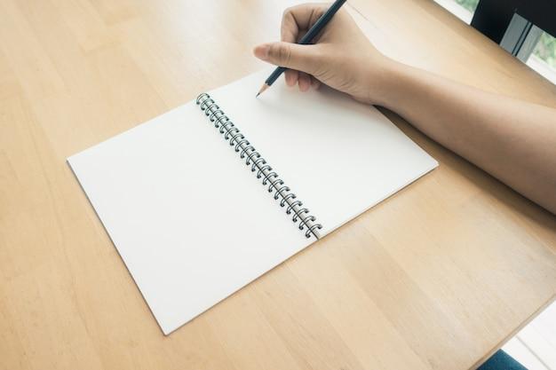 Kobieta r? ce pisania na ksi ?? ce w biurze