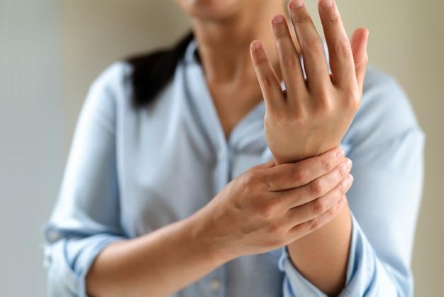 Kobieta ramię nadgarstek ból długo działa. zespół biurowy pojęcie opieki zdrowotnej i medycyny