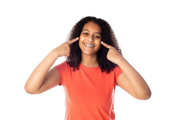Kobieta rasy mieszanej z uroczymi włosami afro
