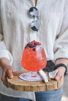 Kobieta ręce cięcia mieszanki sody jagodowej