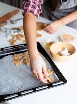 Kobieta ręce do pieczenia ciasteczek w kuchni