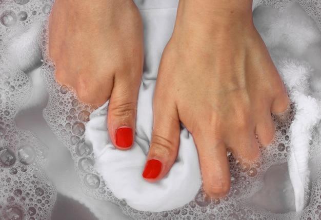 Kobieta ręce do prania bielizny w misce
