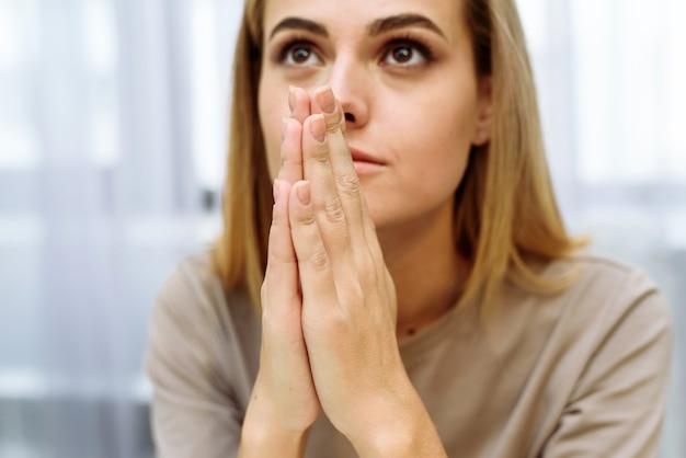 Kobieta ręce modląc się do boga. kobieta módl się o boże błogosławieństwo, aby życzyć sobie lepszego życia. błagać o przebaczenie i wierzyć w dobro. chrześcijański kryzys życia modlitwa do boga.