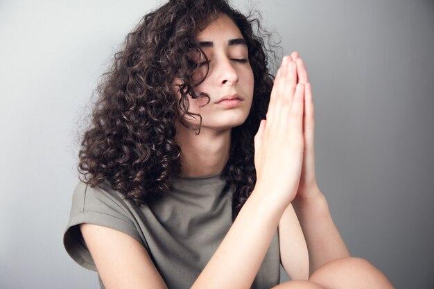Kobieta ręce modląc się do boga na ciemnym tle