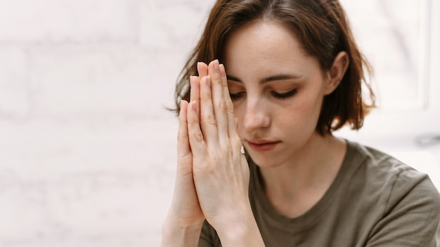 Kobieta ręce modli się do boga.