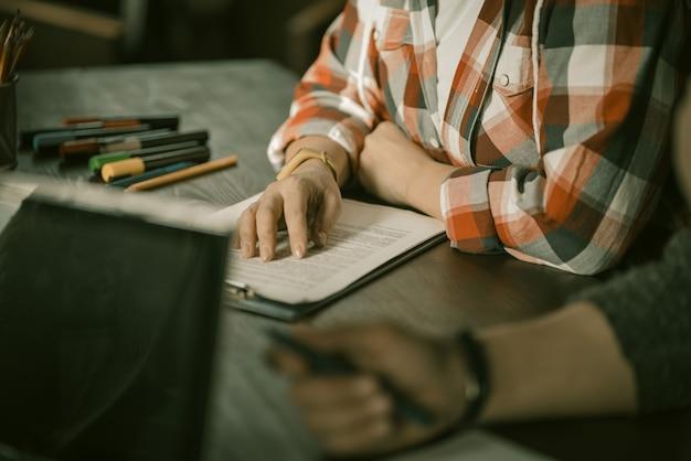 Kobieta ręce na folderze z dokumentami