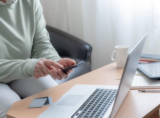 Kobieta ręce nogi freelancer tabela sofa laptop pc domu pracy