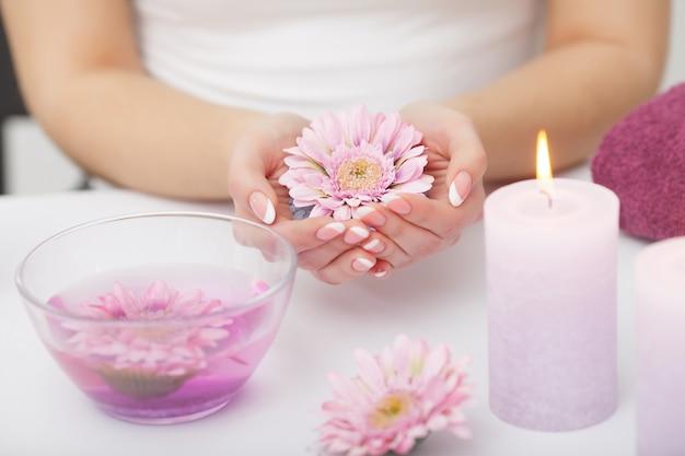 Kobieta ręce odbiera peeling dłoni przez kosmetyczki w salonie piękności. manicure spa, masaż dłoni i pielęgnacja ciała. zamknij się, płytkie dof.