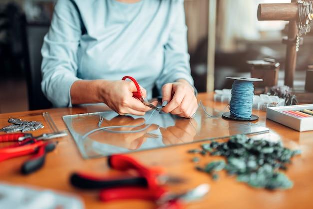 Kobieta ręce szczypcami, ręcznie robiona biżuteria