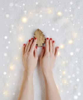 Kobieta ręce trzyma boże narodzenie zabawki wystrój drewniana gwiazda nowy rok