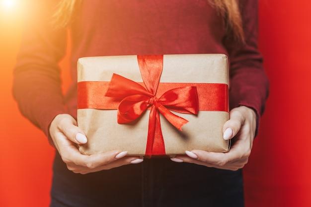 Kobieta ręce trzyma prezent.