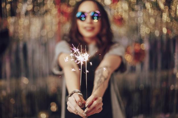 Kobieta ręce trzyma sparklers