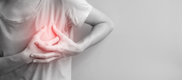 Kobieta ręce trzymając ból w klatce piersiowej. rak piersi, dławica piersiowa i objaw zawału serca