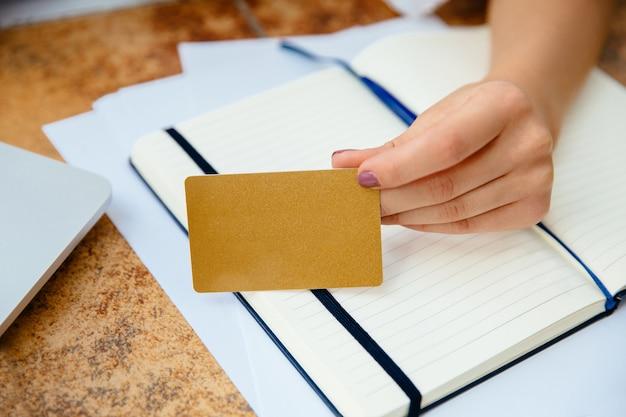 Kobieta ręce, trzymając kartę kredytową