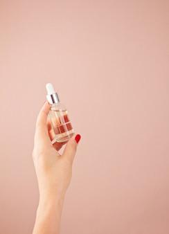 Kobieta ręce, trzymając produkt do pielęgnacji skóry