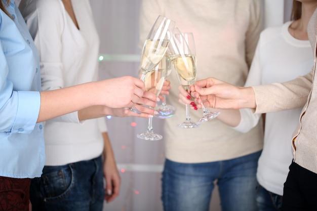 Kobieta ręce z kieliszkami szampana