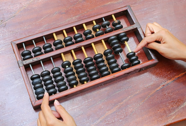 Kobieta ręce za pomocą chińskiego abacus