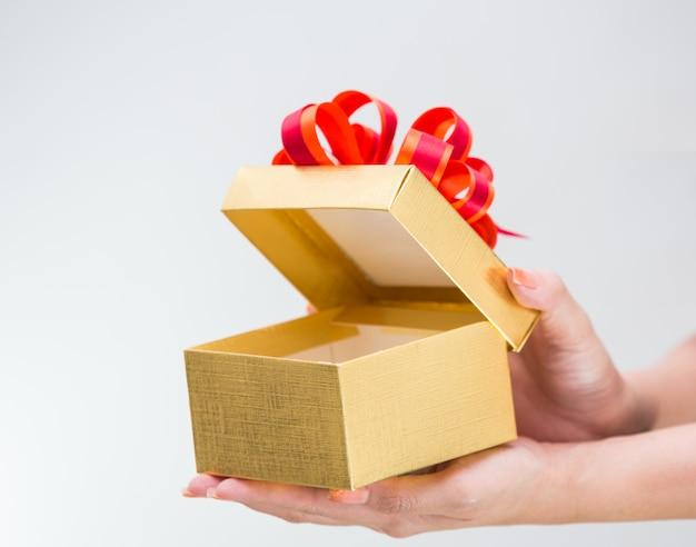 Kobieta ręcznie hoding złote pudełko
