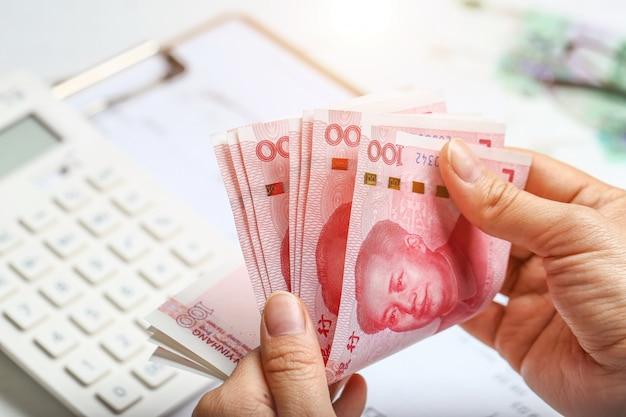 Kobieta ręcznie licząc pieniądze rmb