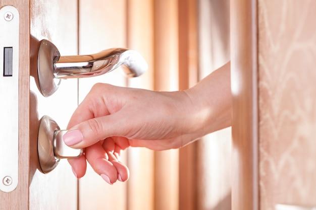 Kobieta ręcznie otwierając drzwi