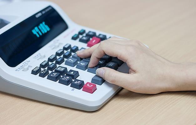Kobieta ręcznie za pomocą kalkulatora