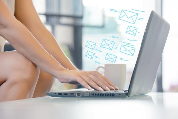 Kobieta ręcznie za pomocą laptopa