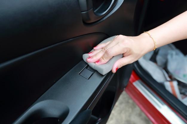 Kobieta ręka czyszczenia samochodu