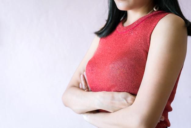 Kobieta ręka krzyżuje jej rękę na piersi