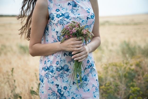 Kobieta ręka kwiaty w polu