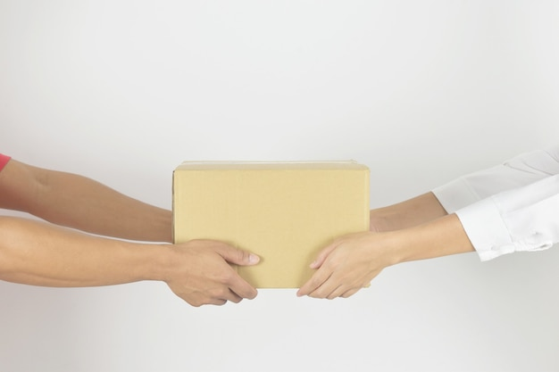 Kobieta ręka odbierająca paczki od dostawcy koncepcja dostawy