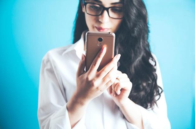 Kobieta ręka trzyma inteligentny telefon