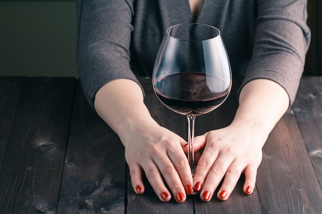 Kobieta ręka trzyma kieliszek do wina