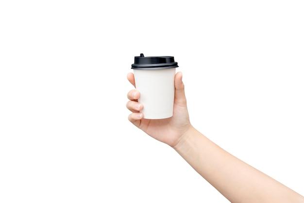 Kobieta ręka trzyma kubek papierowy kawy