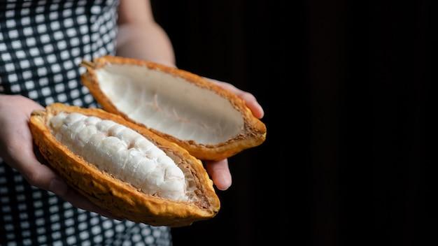 Kobieta ręka trzyma pokrojone kakao