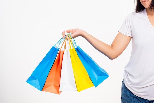 Kobieta ręka trzyma torby na zakupy wielokolorowe