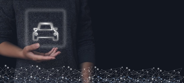 Kobieta ręka trzyma wirtualny hologram w samochodzie. nowa koncepcja zakupu samochodu. kup lub sprzedaj skład firmy.