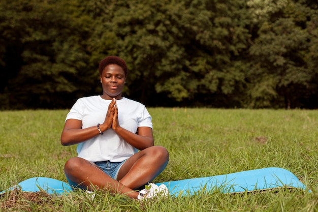 Kobieta relaks i medytacja w przyrodzie