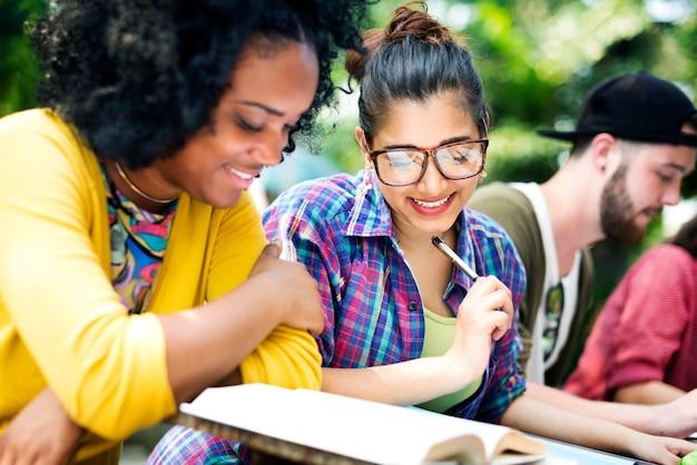Kobieta relaks koledzy na zewnątrz przyjaźni różnorodności