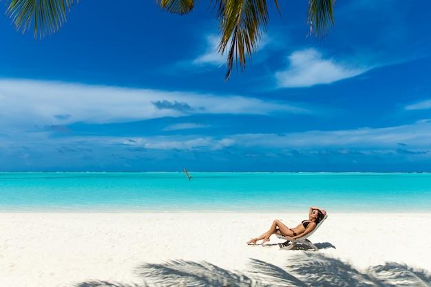 Kobieta relaks na plaży