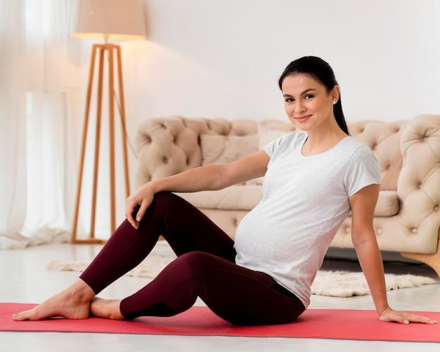 Kobieta relaks po treningu będąc w ciąży