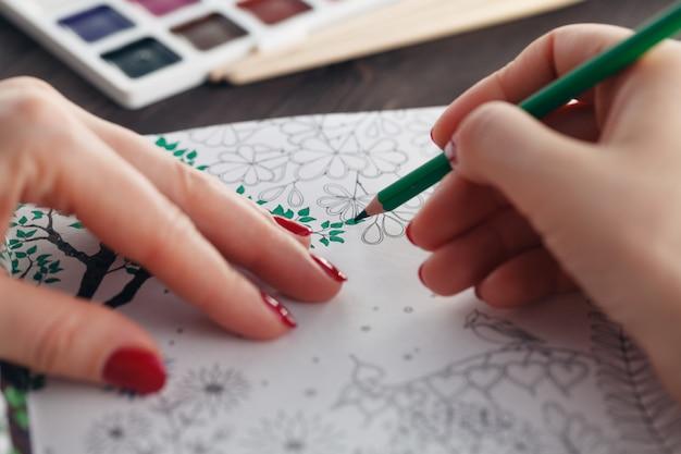 Kobieta relaks podczas malowania kolorowanka dla dorosłych