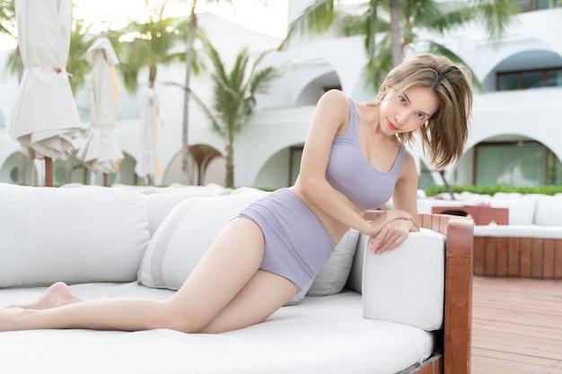 Kobieta relaks przy basenie, wakacje.
