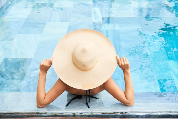 Kobieta relaks w basenie