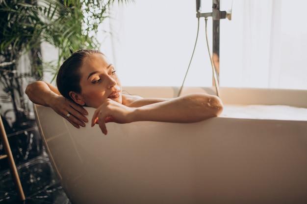 Kobieta relaks w kąpieli z bąbelkami