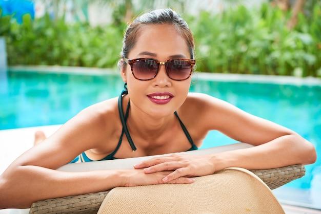 Kobieta relaks w luksusowym kurorcie