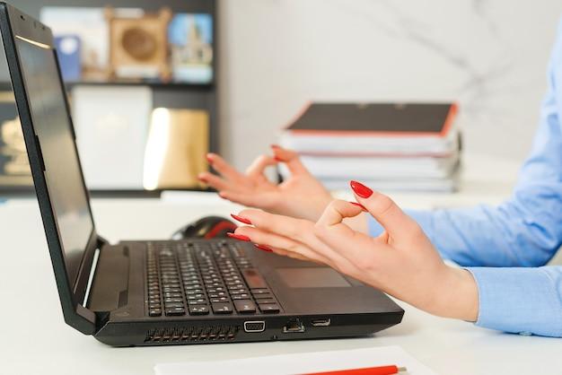 Kobieta relaks w miejscu pracy.