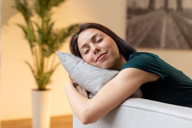 Kobieta relaksująca samotnie w domu