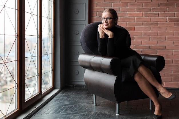 Kobieta relaksujący na kanapie