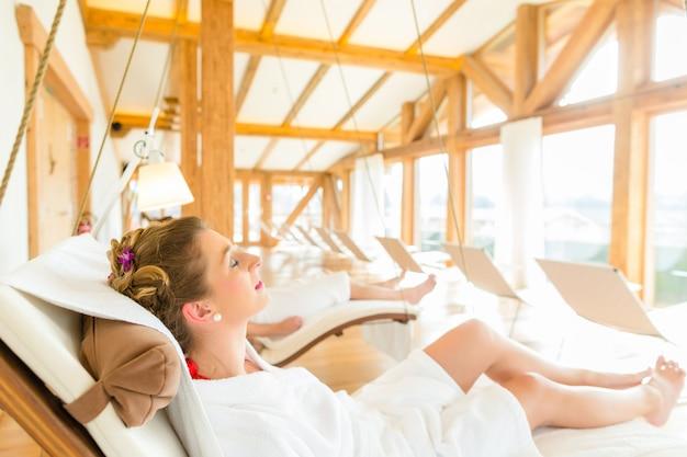 Kobieta relaksuje na wellness zdroju lounger