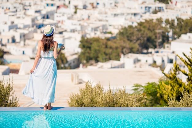 Kobieta relaksuje przy basenem w luksusowym hotelowym kurorcie cieszy się idealnego wakacje na plaży wakacje
